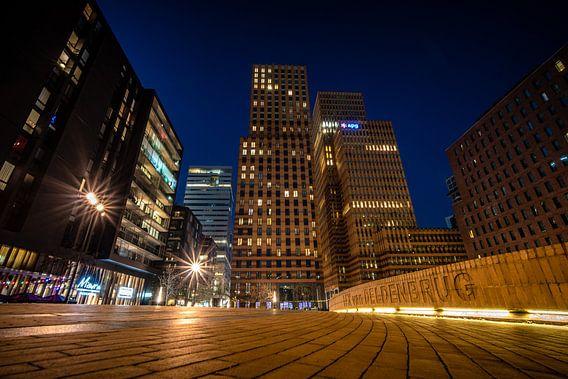 Amsterdamse zuid as in de avond met hoge kantoren en wolkenkrabbers