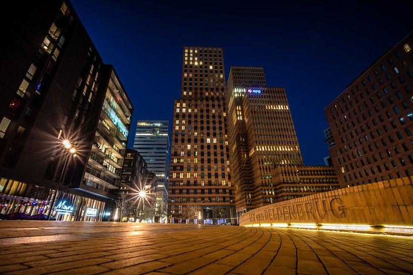 Amsterdamse zuid as in de avond met hoge kantoren en wolkenkrabbers van Fotografiecor .nl