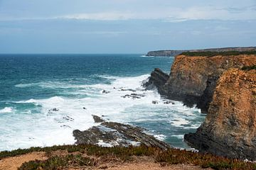 rotsen en wilde zee westkust portugal sur Compuinfoto .