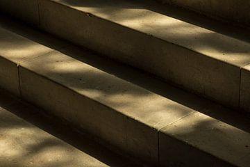 Natuurstenen trap in zacht ochtendlicht in een historisch gebouw van Tonko Oosterink