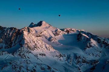 Vue à vol d'oiseau et coucher de soleil violet chaud dans les hautes montagnes d'Autriche sur Hidde Hageman