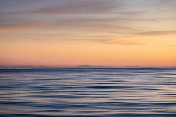 Uitzicht op Marokko vanaf Fuengirola over een rustige middellandse zee. van Wout Kok