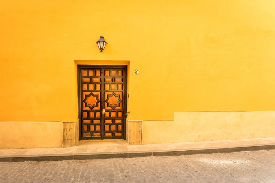 Houten deur tegen gele achtergrond