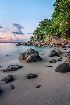 Zonsondergang op tropisch strand Seychellen van Krijn van der Giessen