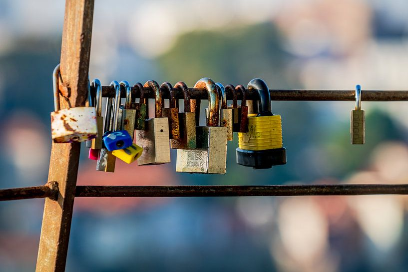Lovelocks of love hangslot dat lievelingen aan een hek op een brug vastzetten om hun liefde voor elk van Urban Photo Lab