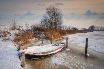 Winter landschap met roeiboot in het ijs van Peter Bolman