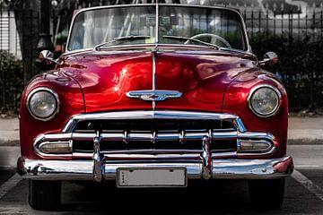 rode uitstekende cabrioletauto in straat van oude stad van Havana Cuba van Dieter Walther