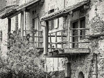 Detail van een balkon. van Louis Kreuk