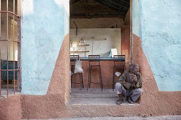 alter armer Mann vor einer Bar, Trinidad, Kuba von Tjeerd Kruse