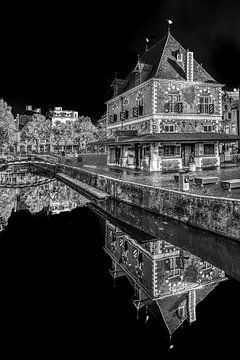 Die Wiegeeinrichtung im Zentrum von Leeuwarden in schwarz-weiß von Harrie Muis