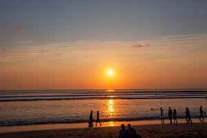Mensen genieten van de zonsondergang in Seminyak (Kuta) Bali - Indonesië