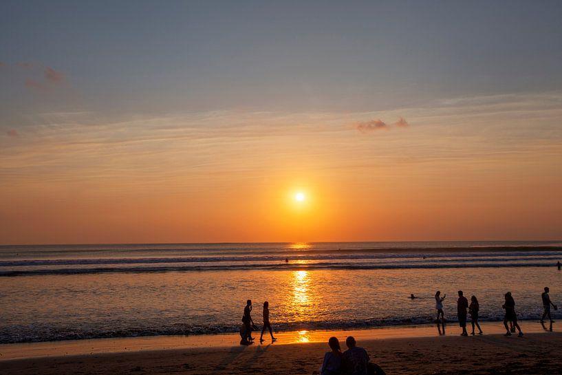 Mensen genieten van de zonsondergang in Seminyak (Kuta) Bali - Indonesië van Tjeerd Kruse