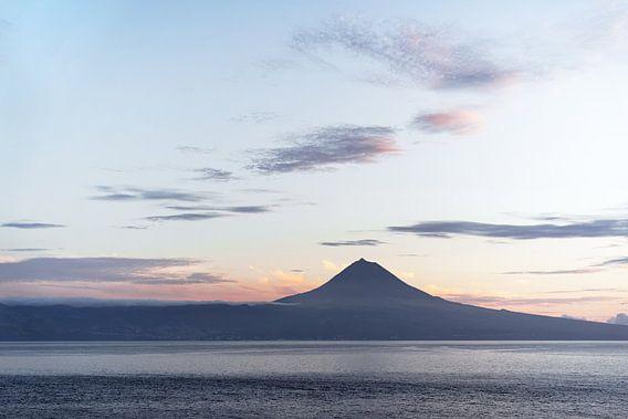 Azoren - Blick über Wasser zum Vulkan Pico im Abendlicht