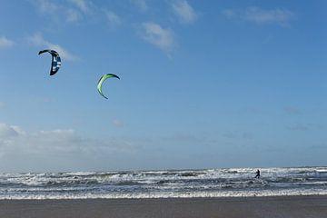 Kitesurfen op woeste zee