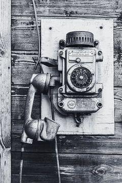 Oude telefoon in Barentszburg, Spitsbergen. van Michèle Huge