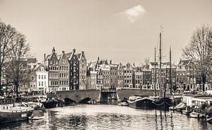Grachtenpanden in het centrum van Amsterdam, zwart wit