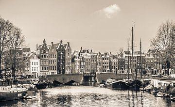 Kanalhäuser im Zentrum von Amsterdam, schwarz und weiß von Rietje Bulthuis