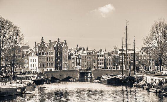 Grachtenpanden in het centrum van Amsterdam, zwart wit van Rietje Bulthuis