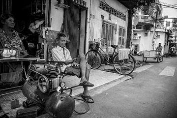 Straatfotografie Vietnam oude man voor zijn winkel van Manon Ruitenberg
