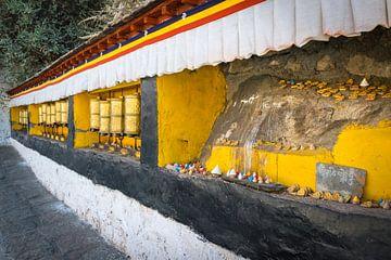 Nische mit Gebetsmühlen und Figuren, Tibet von Rietje Bulthuis