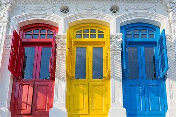 Koloniale deuren in rood, geel en blauw