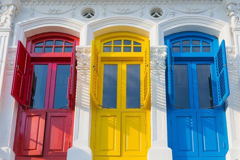 Portes de style colonial en rouge, jaune et bleu sur Jan van Dasler