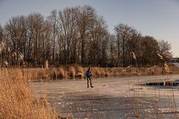 Eenzame schaatser op het ijs in Veere