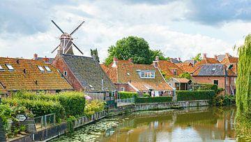 De Nederlandse windmolen in het Groningse dorp Winsum en de rivier van Visiting The Dutch Countryside