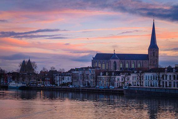 Kamper IJsselfront met Bovenkerk in avondrood