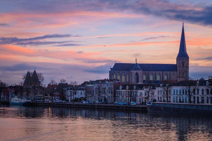 Kamper IJsselfront met Bovenkerk in avondrood van Gerrit Veldman