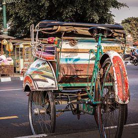 Traditionele becak (fietstaxi) in Jogjakarta, Java, Indonesië. van Jeroen Langeveld, MrLangeveldPhoto