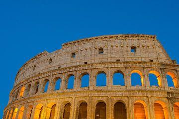Mooi avondopname van het Colosseum in Rome