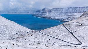 Verse sneeuw aan de kust boven Funningur