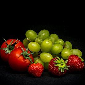 Tomaten mit Trauben und Erdbeeren. von Peter van Nugteren