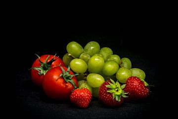 Tomaten mit Trauben und Erdbeeren.