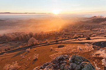 Coucher de soleil avec brouillard sur le Hohenstaufen - Spielburg - sur Jiri Viehmann