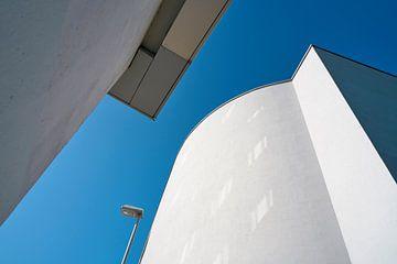 Himmel zwischen zwei Häusern in Magdeburg von Heiko Kueverling