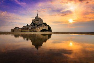 Reflectie tijdens zonsondergang bij Mont Saint-Michel van Dennis van de Water
