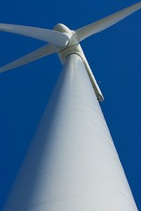 Windmolen tegen de blauwe lucht.