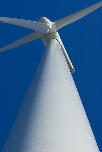 Windmolen tegen de blauwe lucht. van KO- Photo