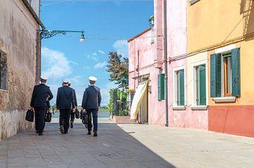 Des capitaines en uniforme marchent sur l'île de Burano à Venise sur Thomas Boudewijn