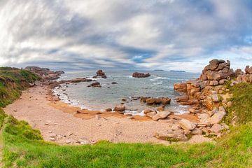 Baai aan de kustlijn bij Ploumanac'h in Bretagne van Evert Jan Luchies