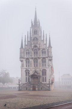 Vor dem Gouda Rathaus auf dem Markt im Nebel von Gouda op zijn mooist