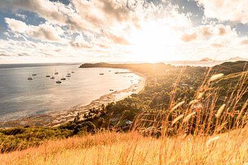 Prachtige zonsondergang op een eiland in Fiji. van Niels Rurenga