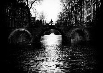 Fietser op Brug over de Leidsegracht Amsterdam van Ipo Reinhold