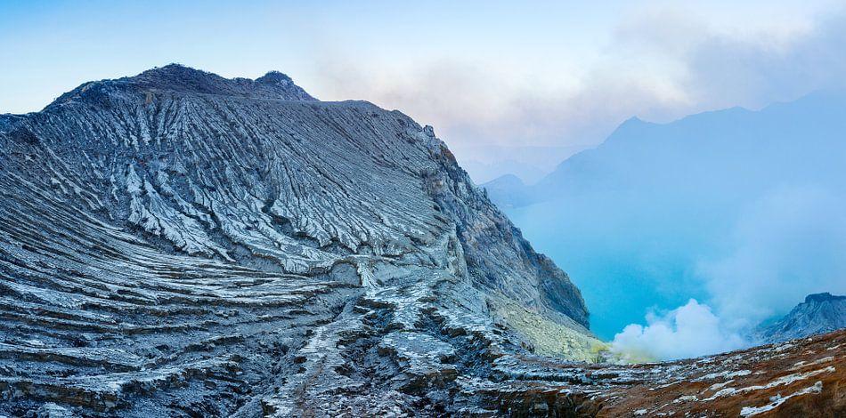 Rokende krater van de Ijenvulkaan
