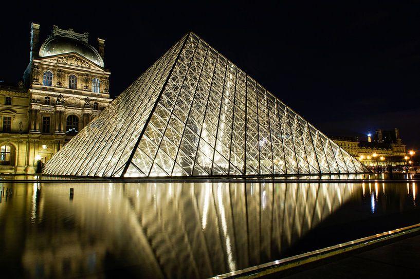 Louvre by Night 1 van Sandra van Kampen
