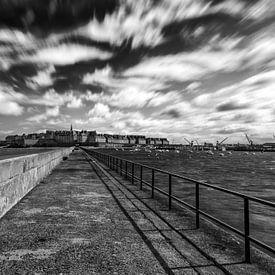 Een dramatisch uitzicht vanaf de pier op de stad Saint-Malo van Ardi Mulder