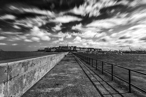 Een dramatisch uitzicht vanaf de pier op de stad Saint-Malo