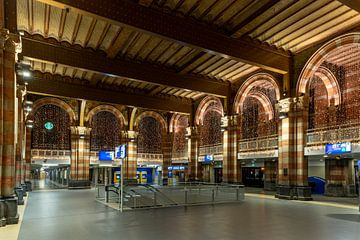 Avondklok in Amsterdam - stationshal station Amsterdam Centraal van Renzo Gerritsen